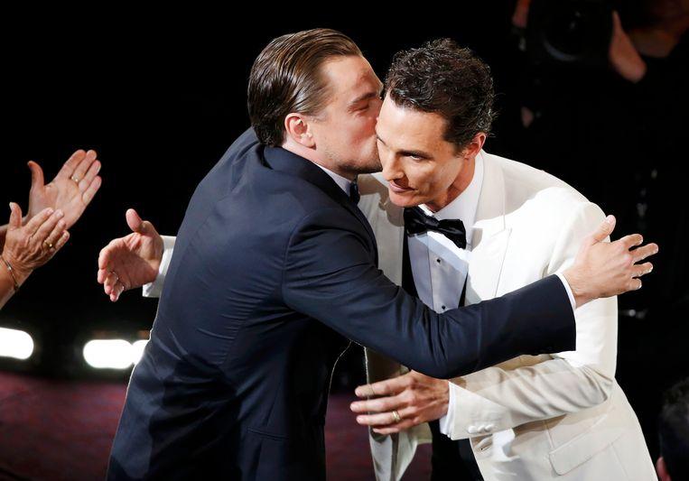 DiCaprio omhelst Matthew McConaughey, die in 2014 met de Oscar voor beste acteur (in Dallas Buyers Club) aan de haal ging. Beeld REUTERS