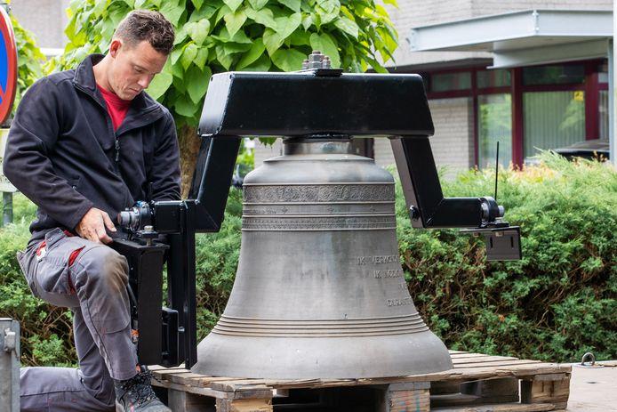 'Luidklok H.Jozef' kreeg dinsdag een plek in de nieuwe klokkenstoel op de Oude Begraafplaats in Valkenswaard.