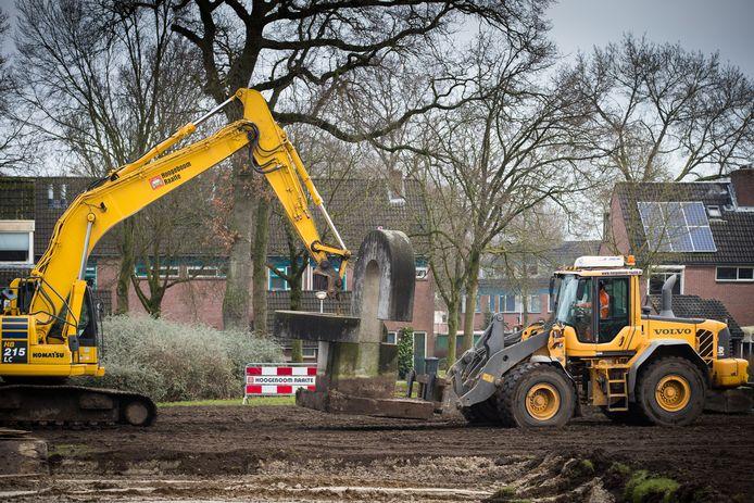 Het kunstwerk met de drie vraagtekens bij de voormalige Hartkampschool in Raalte wordt verplaatst.