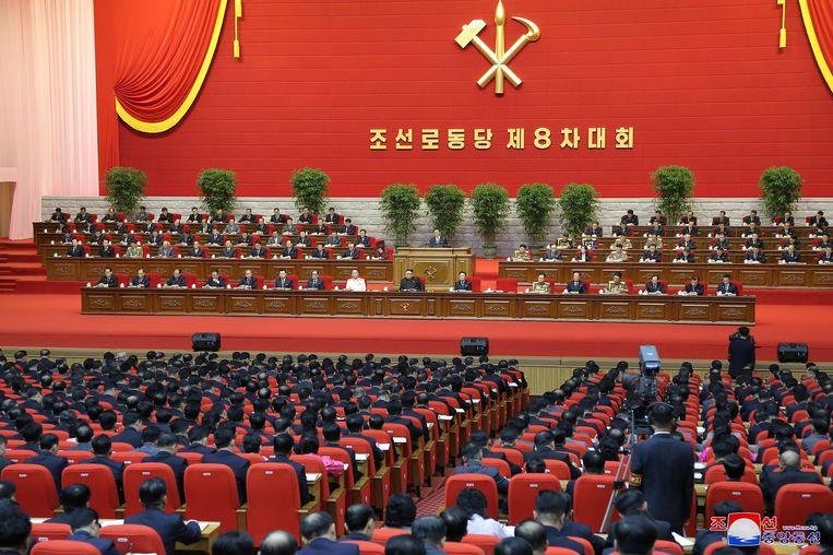Kim Jong-un (midden) tijdens een speech voor het partijcongres. Beeld AFP