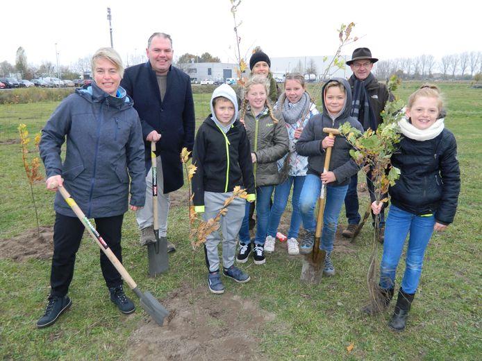 Een archiefbeeld van een plantactie uit 2018: Joke Schauvliege en burgemeester Joeri De Maertelaere kwamen planten, samen met enkele schoolkinderen van Belzele.