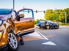 Flinke schade na botsing op kruispunt in Eindhoven, bestuurder naar ziekenhuis