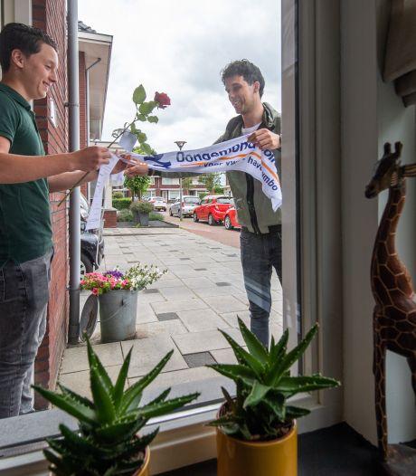 Docenten Dongemond Made bezoeken alle geslaagden thuis: 'Leuker dan gebeld worden'