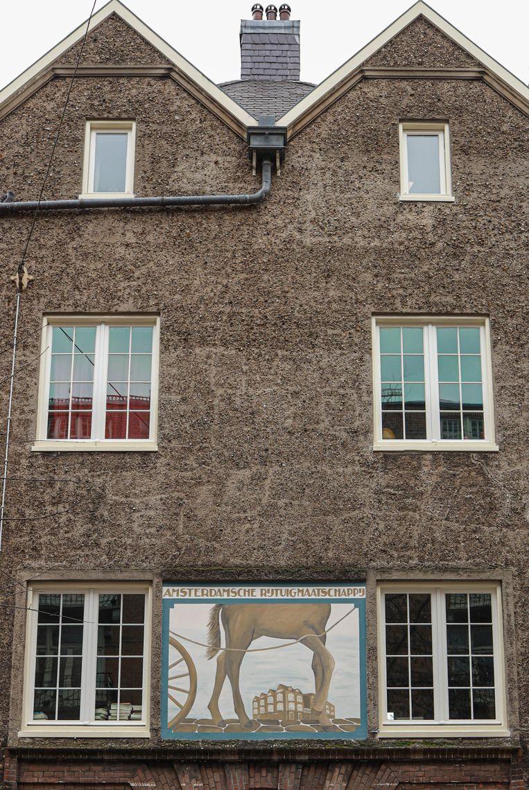Op 30 januari zochten we de muurschildering van de Amsterdamsche Rijtuig Maatschappij in de Hendrik Jacobsstraat, een van de twaalf stallen die het paardentaxibedrijf rond 1900 bezat in de stad. Winnaar van het jaarabonnement op Ons Amsterdam is Jan Marinus uit Zaandam. Beeld Anouk Hulsebosch