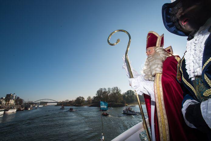 Sint en Piet arriveren in Arnhem met de boot op de Rijn in november 2018.