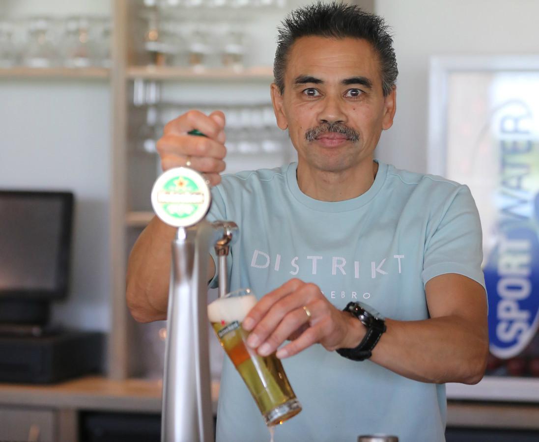 Edwin Krecke staat meestal op dinsdag- en donderdagavond achter de bar bij voetbalvereniging De Alblas.