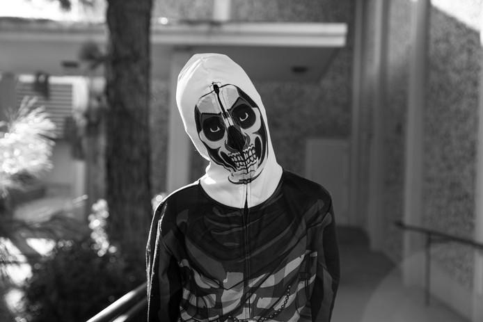 De overvallers in Roosendaal leken verkleed voor carnaval. Ze droegen een bivakmuts met skelet-print. Het masker is niet hetzelfde als op deze foto.