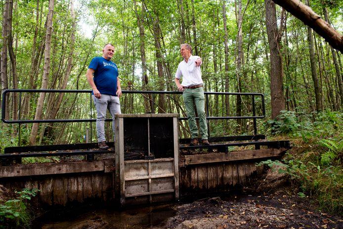 Arjen Verboom (links) en Frans ter Maten van Waterschap Vallei en Veluwe op een gemaal nabij Eerbeek.