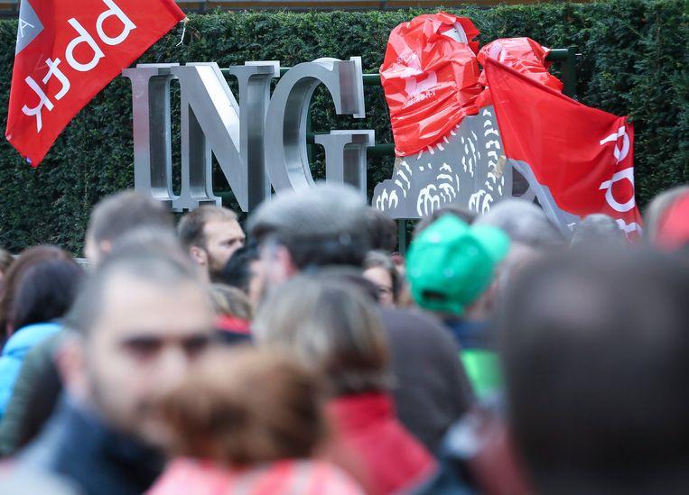 Betogers voor het hoofdkantoor van ING in Brussel. Beeld EPA