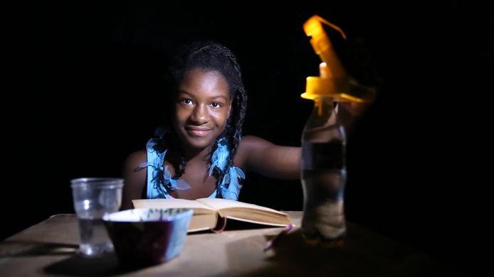 Maurits Groen van WakaWaka bedacht een LED-lampje dat zijn energie van de zon prikt maar ook als oplader dient.