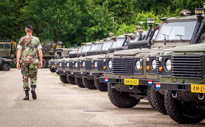 Legervoertuigen bij de kazerne in Doorn