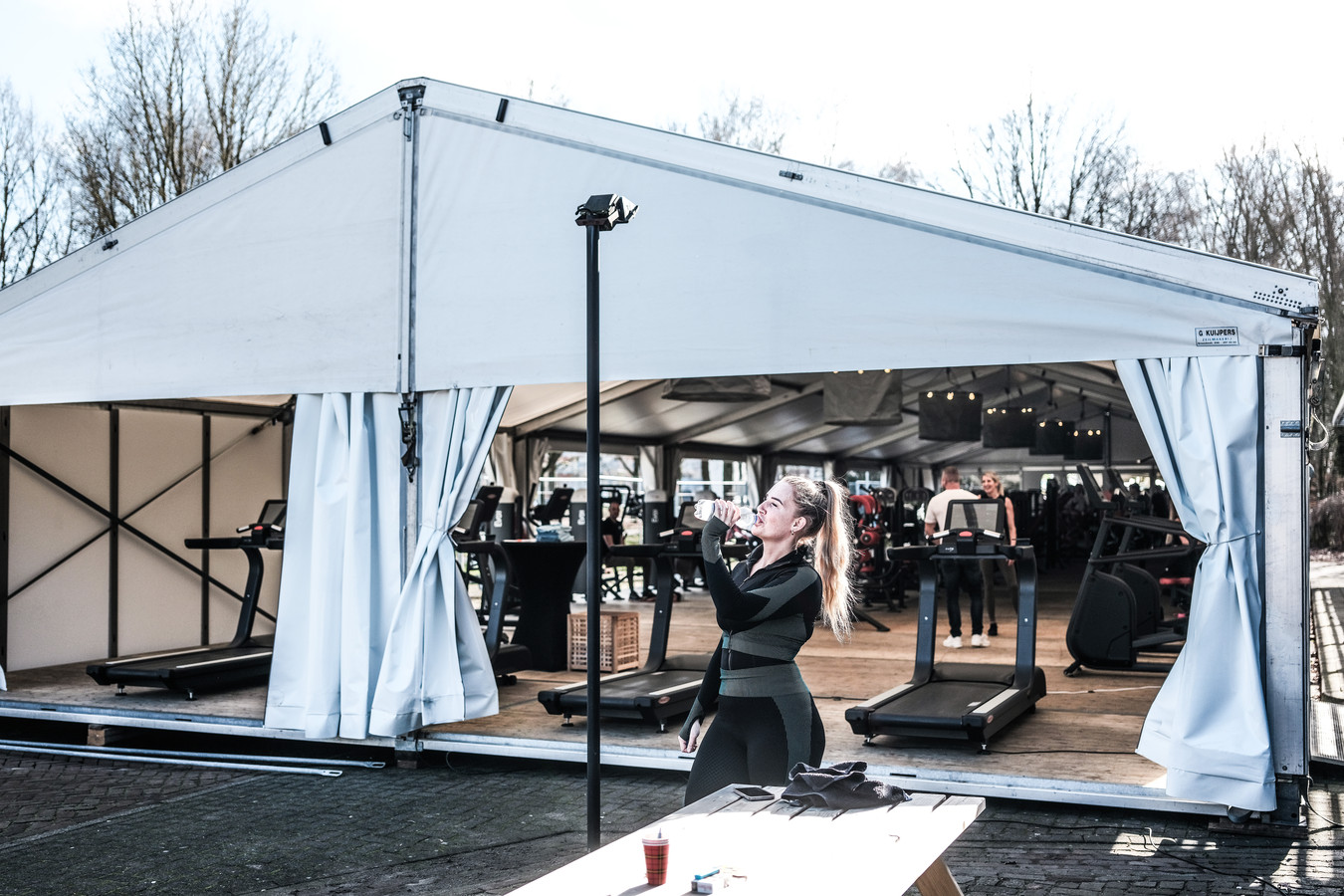 JV 24022021 Doetinchem Nl / Bij Pro Sport wordt gesport in een feest buitentent, Joost de eigenaar rechts vooraan / Foto : Jan Ruland van den Brink
