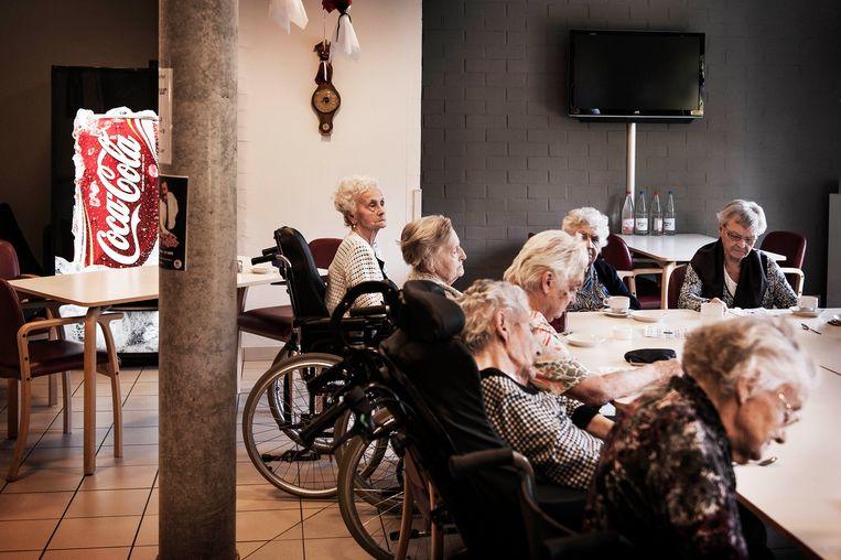 Bejaarden in tehuis De Overbron. Een op de tien bewoners is besmet met superbacterie ESBL.  Beeld Eric de Mildt