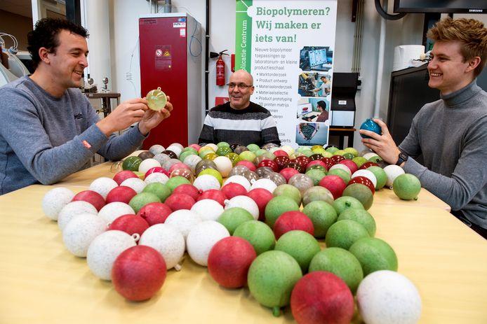 Bij Avans in Breda ontwikkelen ze kerstballen van biologisch plastic in combinatie met kerstboomnaalden. Bas Koebrugge (l) en Werner Müller (m) zijn als projectleiders betrokken, Ruben Hooijmaijers is student.