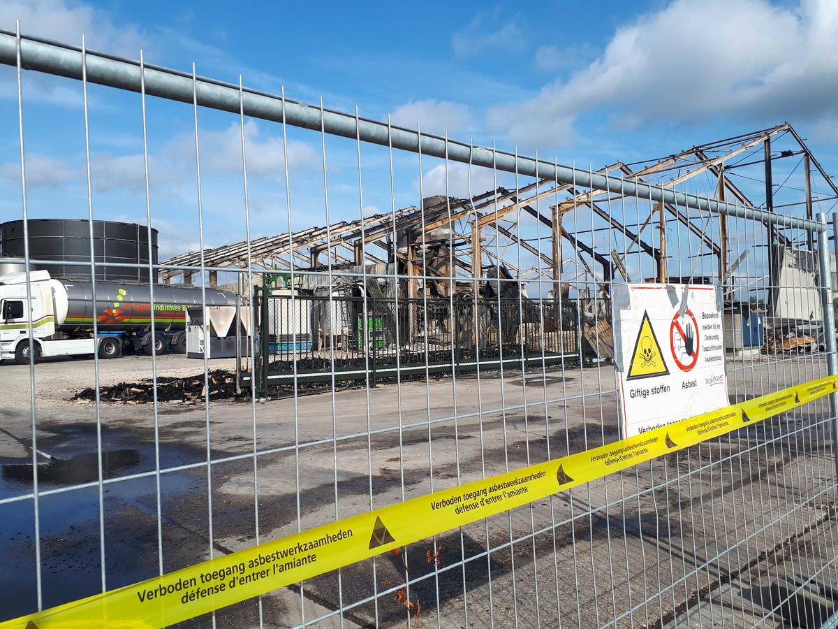 De compleet uitgebrande loods van Apple Industries in Marknesse met linten die waarschuwen voor de aanwezigheid van asbest.