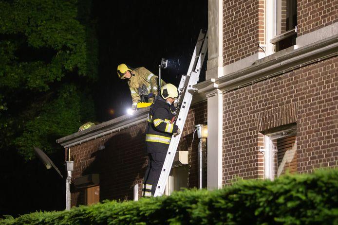 Brandweerlieden zorgden ervoor dat het hemelwater weer via de regenpijpen werd afgevoerd.