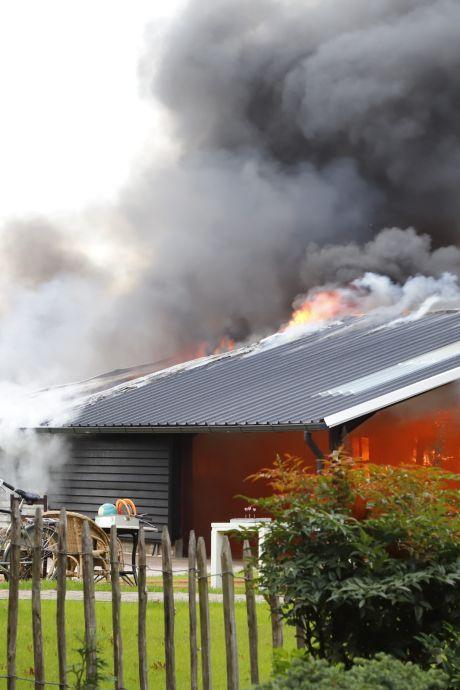 Nieuwe schuur vat vlam door slijpwerk en brandt helemaal af in Sint Anthonis