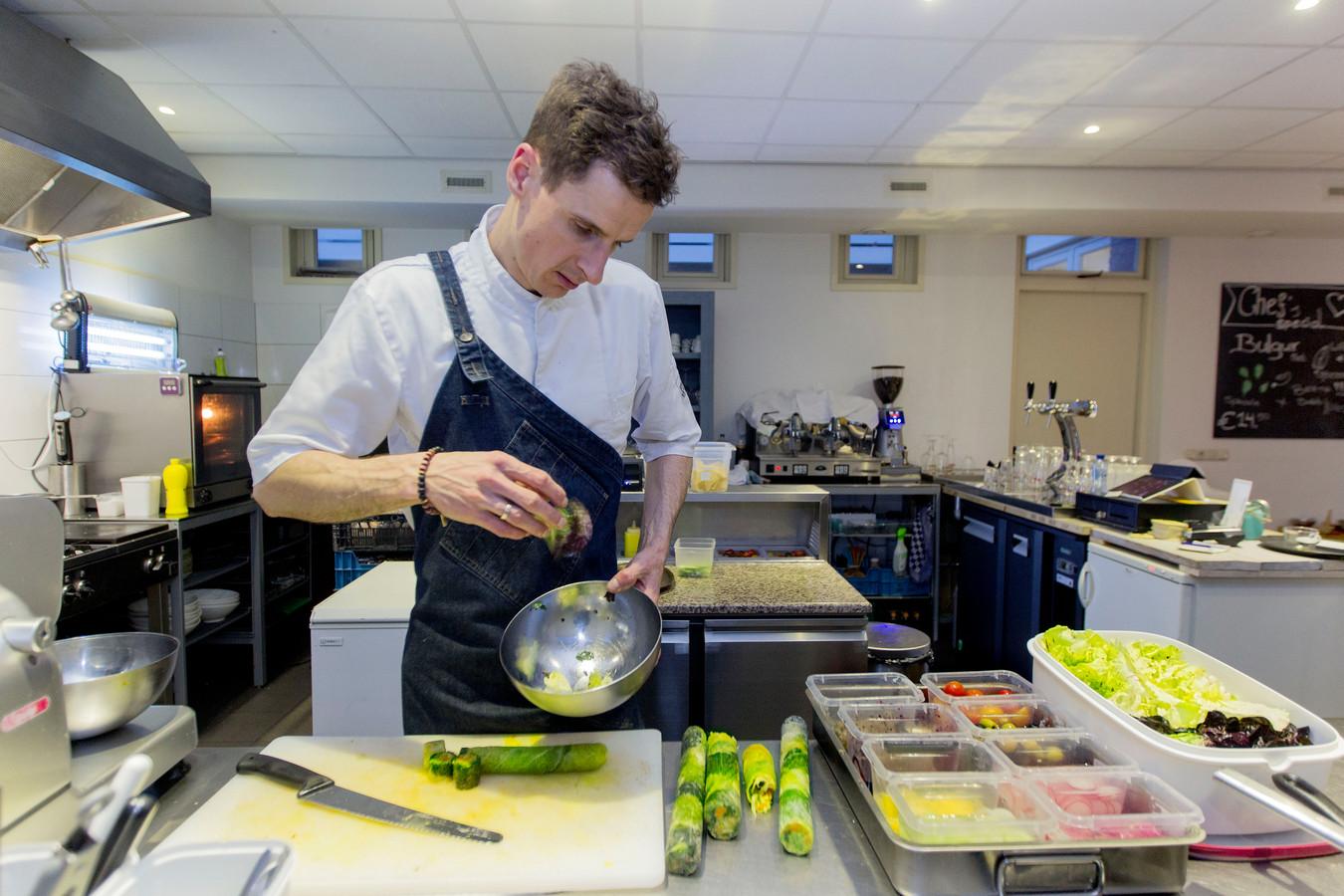 Een kok aan het werk in restaurant Bij Albrecht (archieffoto).