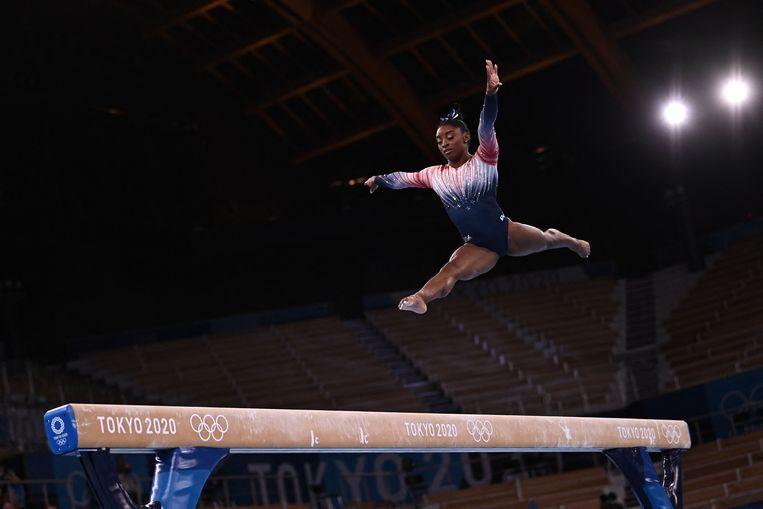 Simone Biles tijdens haar balkoefening. Ze kreeg een staande ovatie en won brons. Beeld AFP