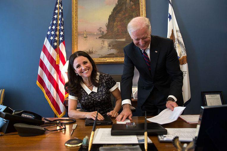 Vicepresident Biden maakt een grapje met actrice Julia Louis-Dreyfus, bekend van Seinfeld. De actrice, die Amerika's vicepresident speelt in de hitserie VEEP, zit aan het bureau van Biden in het Witte Huis. Beeld White House Photo