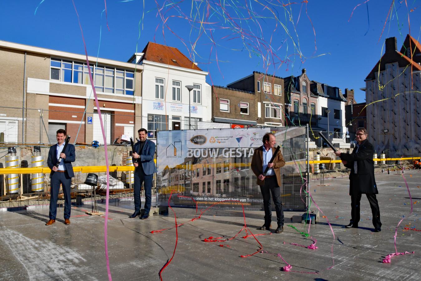 De start van het nieuwbouwproject in Terneuzen wordt ingeluid met confetti. Vlnr Tom de Caluwé, Ruben Karel, Jan van Blaricom en Frank van Hulle.