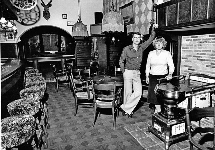 Wim en Heleen Loeve in 1970 in hun café aan de Voorstraat.
