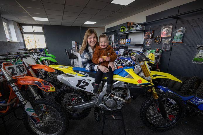 Tienermoeder Richelle Koomen - op de foto met zoontje Carson - hoopt 'Tienermoeder van het jaar' te worden.