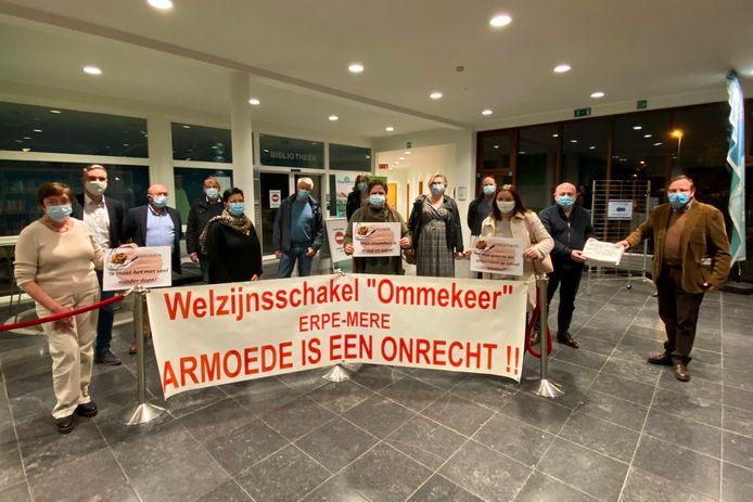 De eerste armoedekranten van Welzijnsschakel Ommekeer Erpe-Mere werden symbolisch overhandigd aan het college van burgemeester en schepenen.