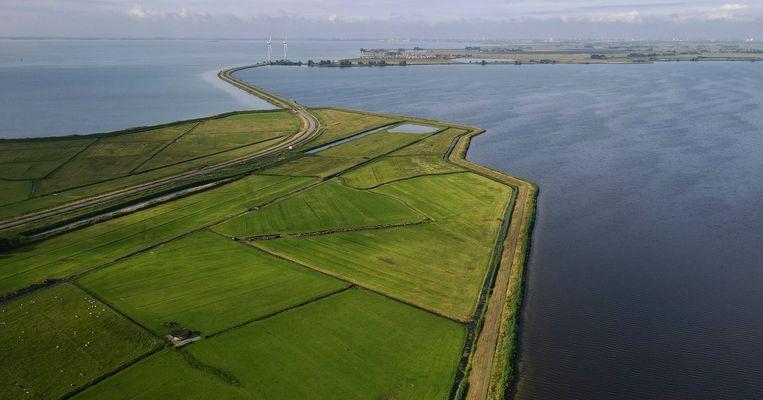 Het Markermeer en in de verte Marken, dat sinds 1957 via een dijk met het vaste land is verbonden.  Beeld Hollandse Hoogte/EPA