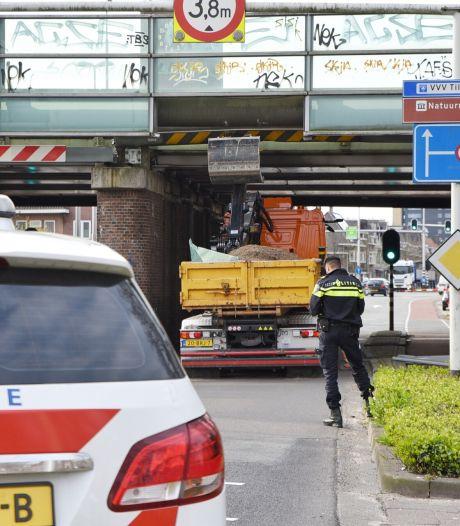 Vrachtwagen botst tegen spoorwegviaduct Ringbaan-Oost: Treinverkeer tussen Tilburg en Boxtel ligt stil