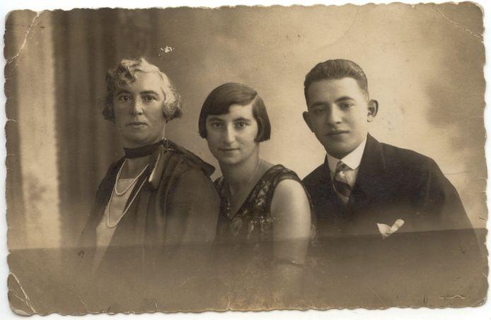 Martha Culp krijgt stolperstein in Steenwijk - Martha midden tussen haar moeder Emma (links) en broer (rechts)