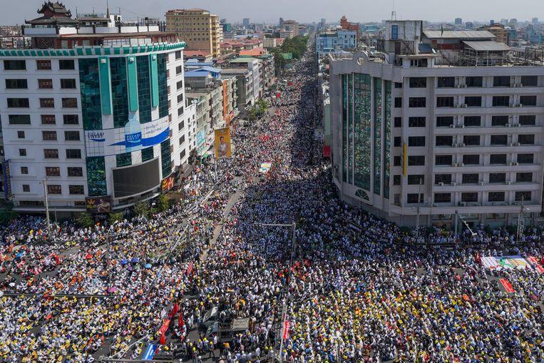 Demonstranten protesteren tegen de militaire coup in Mandalay, Myanmar.  Beeld AFP