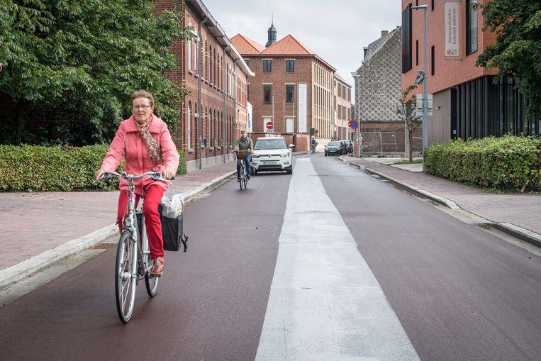 Auto's moeten achter de fietsers blijven in de Kattenstraat. Veel automobilisten lappen dit nog steeds aan hun laars.