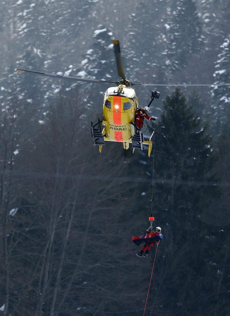 Alice McKennis werd na een zware val per helikopter afgevoerd. Beeld REUTERS