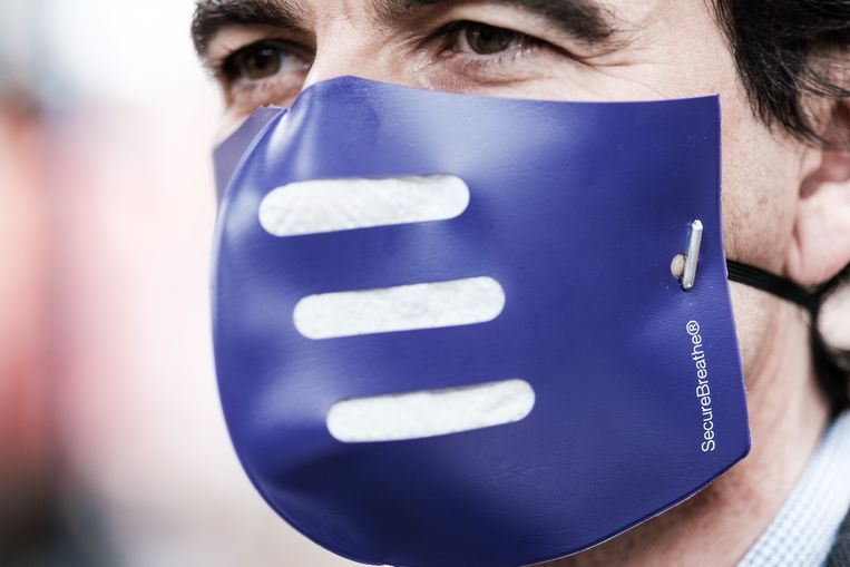 Zaakvoerder Aristide Melissas met zijn mondmasker. Beeld Bob Van Mol
