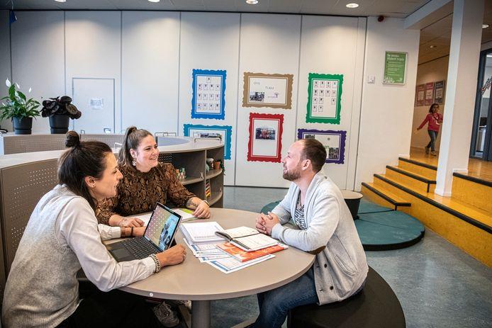 Directeur Fabiënne Smulders en leerkrachten Kimberley van Laarhoven en Ben van de Plas (vlnr). Ze werken op basisschool De Vlashof in Tilburg, een van de 'Klassewerkplekken 2021'.