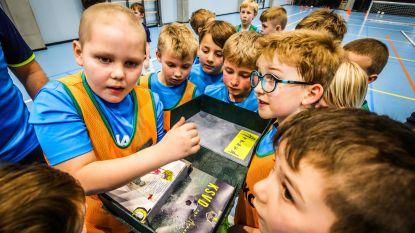 Hartverwarmend! 365 spelertjes van KSV Diksmuide bezorgen zieke Arnaud (7) een unieke kalender vol tekeningen en teksten