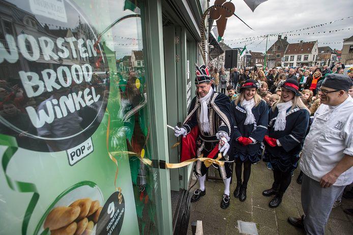 Prins Arie den Eerste uit 't Kielegat opent de eerste worstenbroodwinkel van het land op de Haagse markt. Rechts eigenaar Paul van den Bogaert.