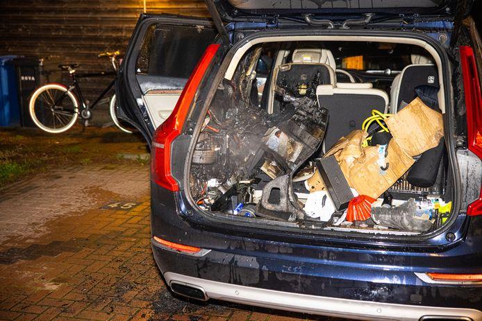 De auto in Zwolle hield vooral brandschade aan de achterzijde over.