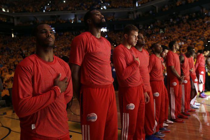 De basketballers van de LA Clippers dragen hun teamshirt uit protest binnenstebuiten.