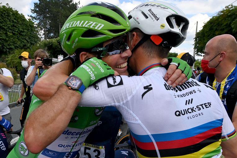 Mark Cavendish (links) vier zijn overwinning met ploegmaat Julian Alaphilippe. Beeld AFP