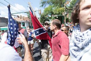 fotoreeks over Extreemrechts betoogt met nazisymbolen en Hitlergroet in Virginia