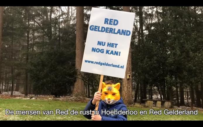 Beeld uit de clip van protestsong 'Twaalf Dagen met Kerstmis', die Red Gelderland en Red de Rust in Hoenderloo gezamenlijk opnamen.
