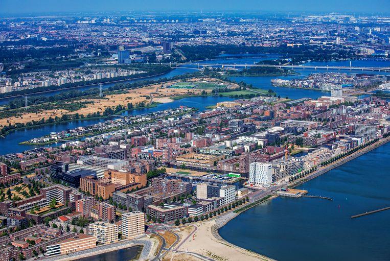 Luchtfoto van IJburg, de vinexwijk in het oosten van de gemeente Amsterdam, gelegen aan het IJmeer. Beeld Raymond Rutting / de Volkskrant