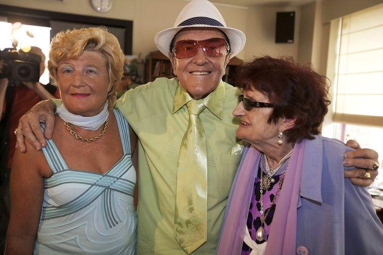 Eddy Wally tussen zijn overleden vrouw Mariette (rechts) en hun dochter Marina. Beeld epa