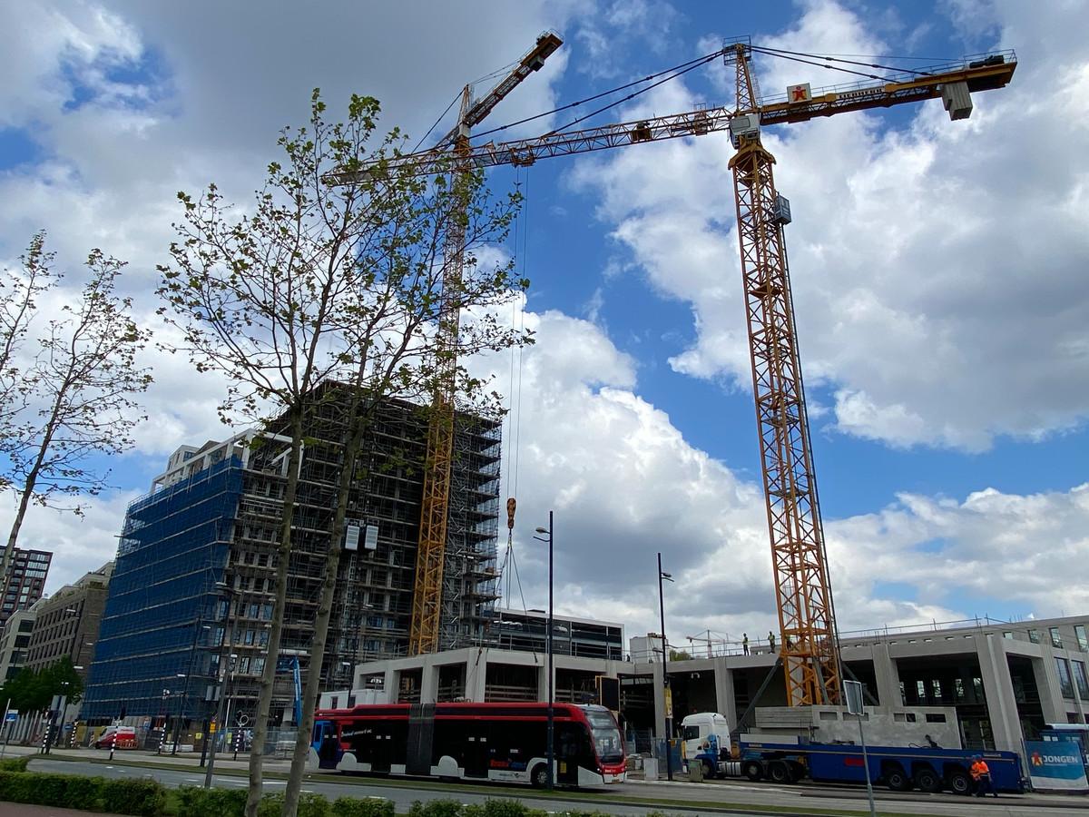 Woongebouw Next in aanbouw aan het spoor bij Strijp-S in Eindhoven. Rechts het kantoorgebouw Bold in aanbouw.