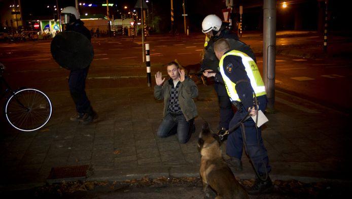 De politie grijpt in na de wedstrijd FC Utrecht - FC Twente.