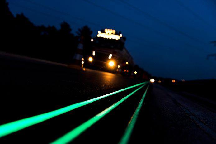 De technologie om de weg veiliger te maken, is er al. Heijmans uit Rosmalen bracht lichtgevende lijnen aan op de N329 bij Oss, de Weg van de Toekomst.