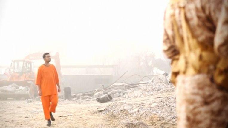 De Jordaanse piloot in de IS-video waarin zijn dood wordt gefilmd. Beeld REUTERS