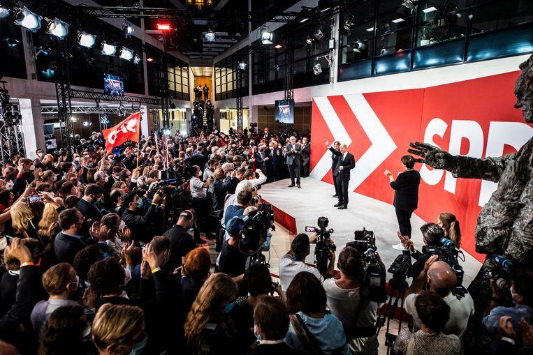SPD-leider Olaf Scholz zondagavond tijdens de verkiezingsbijeenkomst van zijn partij in Berlijn.  Beeld Photothek via Getty Images
